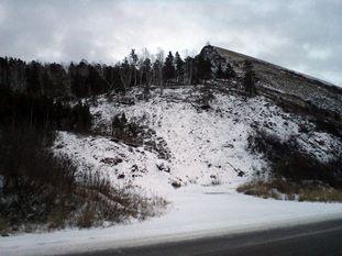 гора у дороги обвалилась после добычи камней