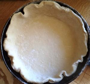 раскатанное тесто в сковороде