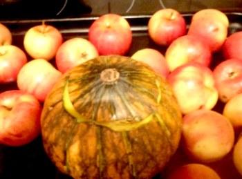 тыква рядом с яблоками