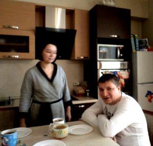 Все вместе пьем чай в гостях
