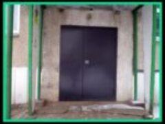 Металлические двери в подъезде