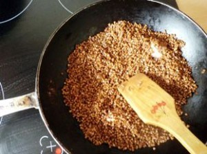 Крупа жарится на сковороде