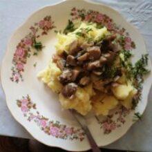 Грибы тушеные в сметане шампиньоны с картофельным гарниром