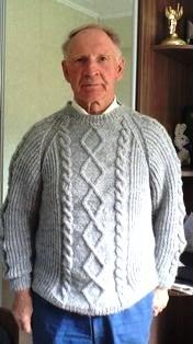 серый свитер мужу